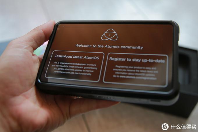 贴着的保护贴说明了需要客户下载最新固件,和注册的步骤,可惜没有中文