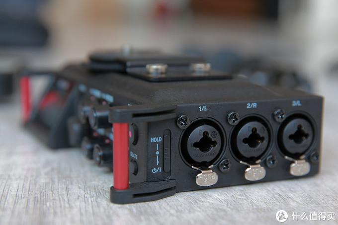 机器的一侧提供了3个XLR接口,以及开机键