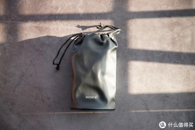皮质收纳袋,比起佳能的麂绒材质各有优点