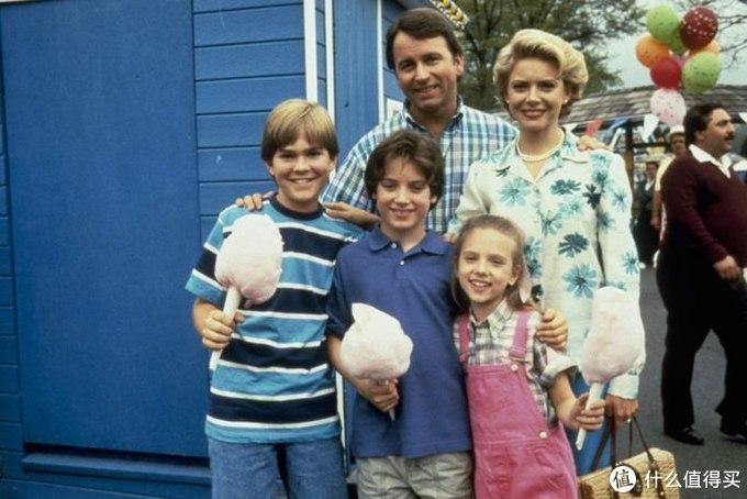 《浪子保镖》中的斯嘉丽,搂着她的小男孩是《指环王》的男主角伊利亚·伍德。