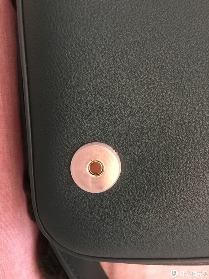 金属扣上有塑料保护扣
