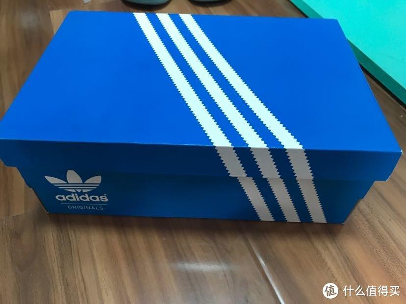 与耐克的橙色盒子不同,阿迪三叶草是蓝色,阿迪是黑色,更喜欢蓝色清新