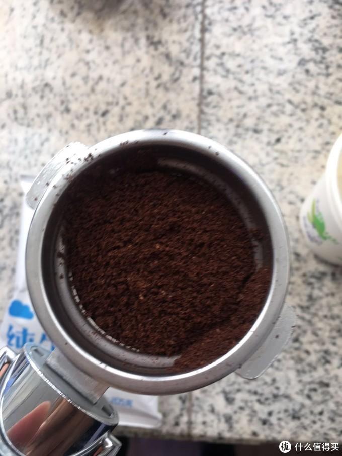 先放半勺咖啡粉(我试过先放红茶包,发现不好压实)