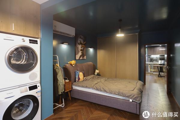 40㎡一居室装成「低配井柏然豪宅」,狂野全屋深色系还没客厅