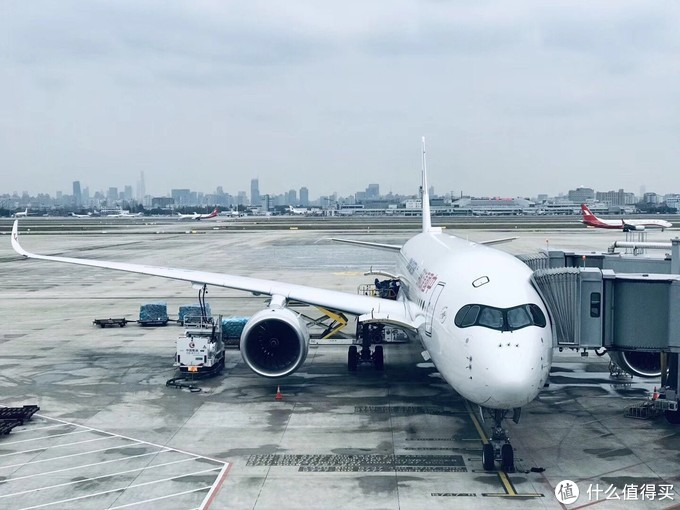 A350风挡特殊的造型看起来像戴着一副墨镜所以得到了墨镜侠的称呼但是这个风挡也给它进入中国大陆的道路带来了不少麻烦