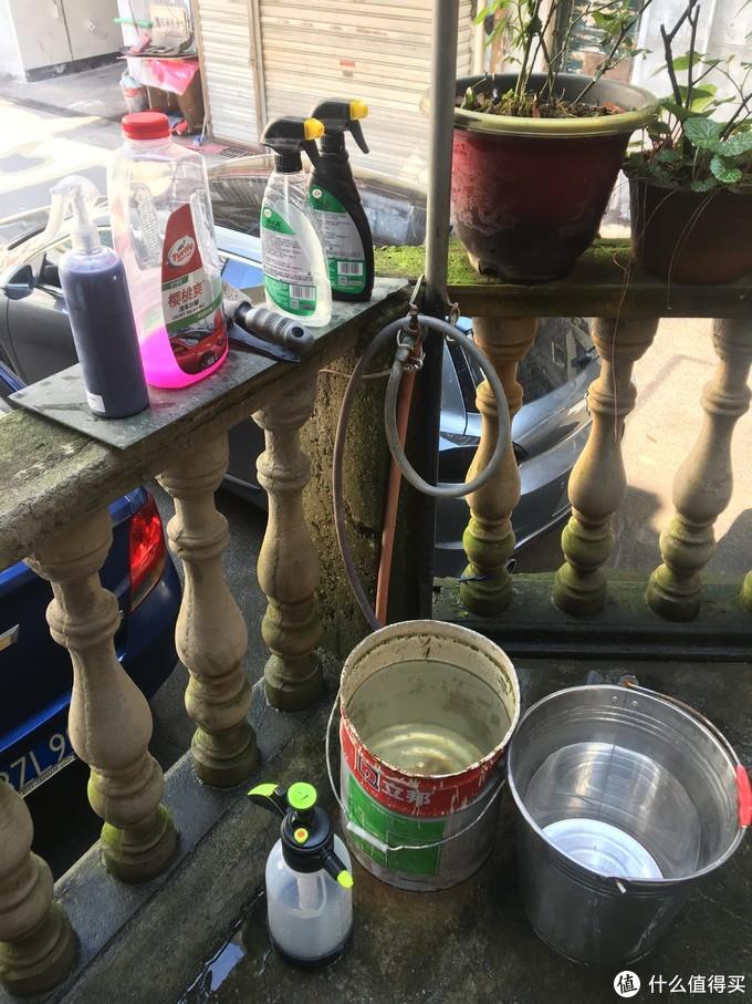 小区楼下私人花园一角,借人家的水