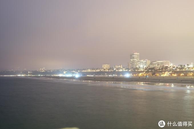 海边向城市方向望去,一片繁华