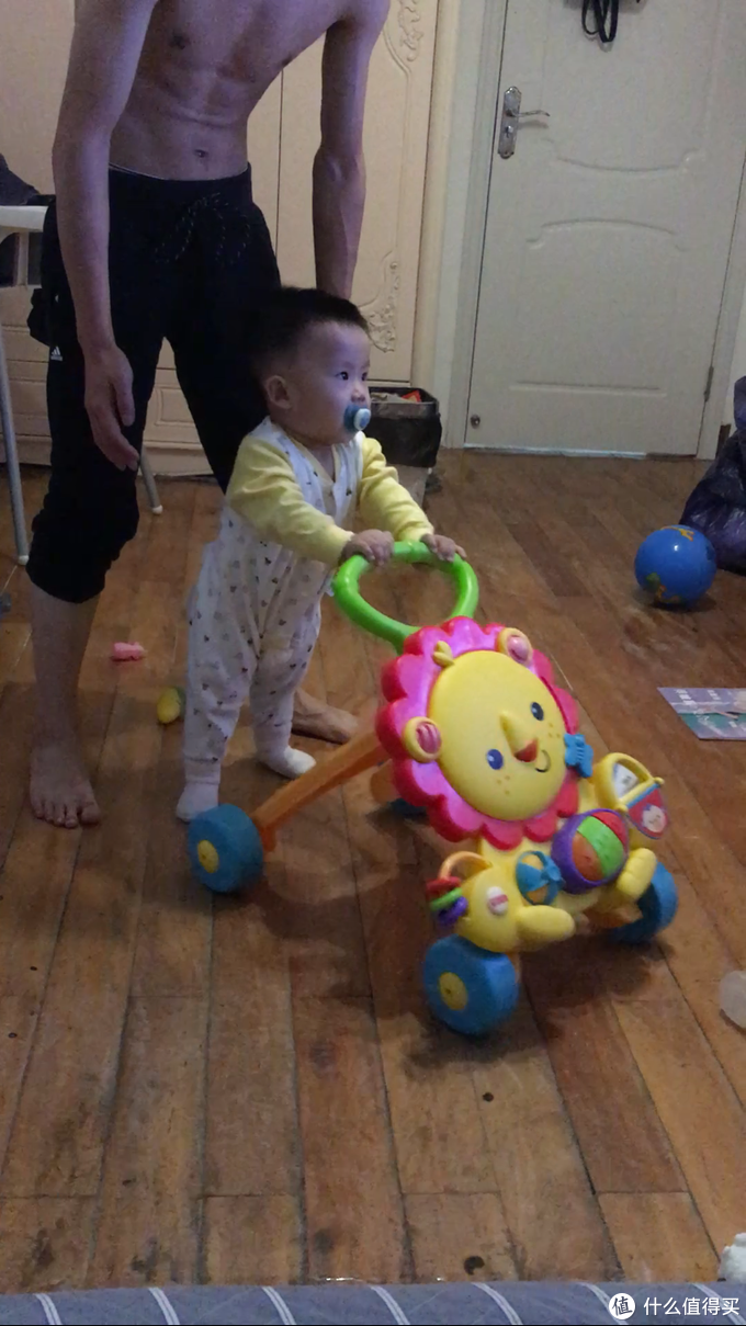 叔叔给你买的学步推车...爸爸担心你摔跤,只能跟在身后