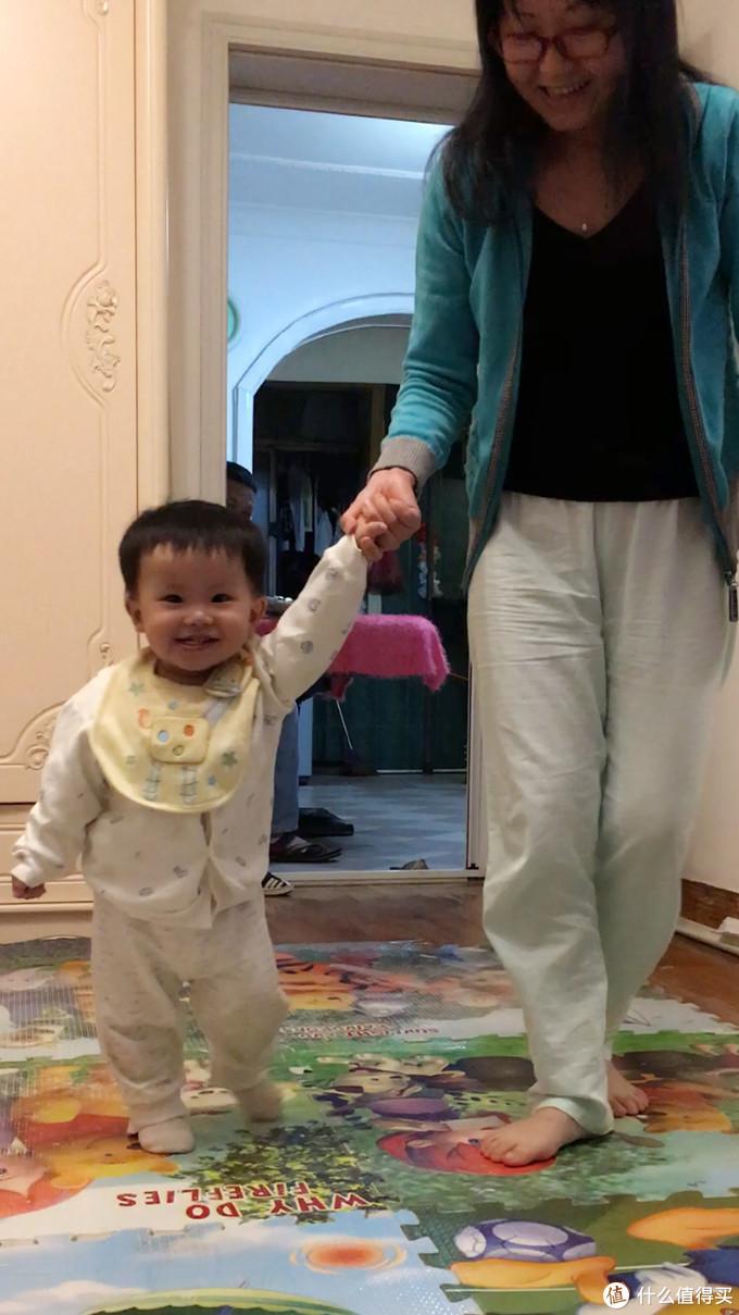 奶奶带着你学走路....一次比一次好....爸爸能看出来你渴望自己能像大人一样