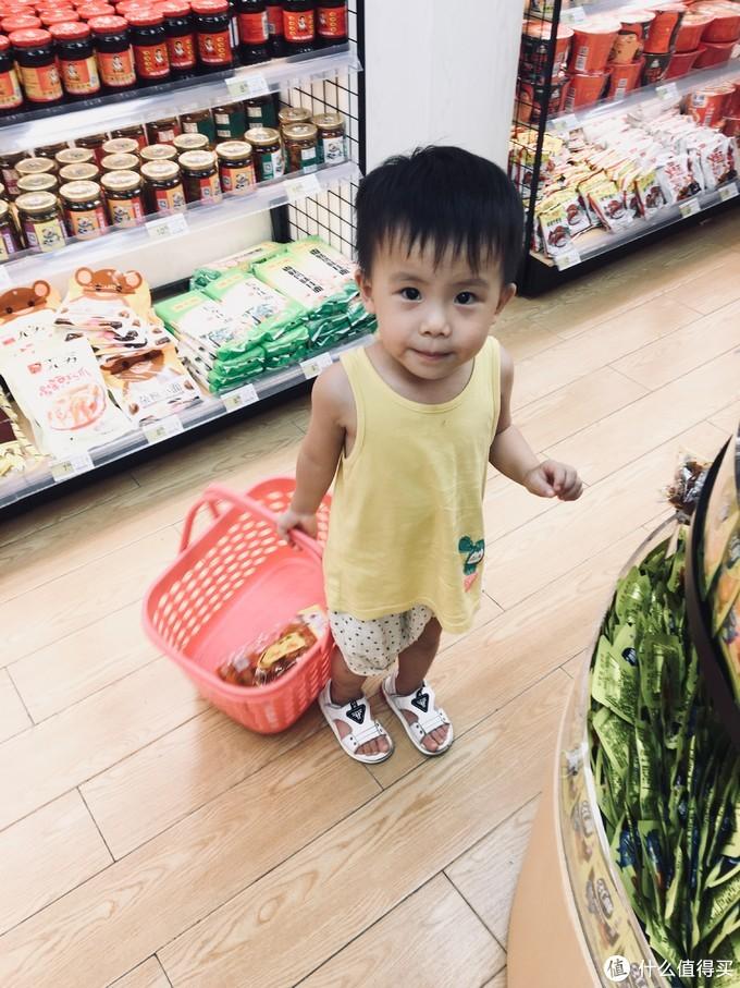爸爸总喜欢带你买零食.....而且不会帮你.因为男孩子从小要学会独立.
