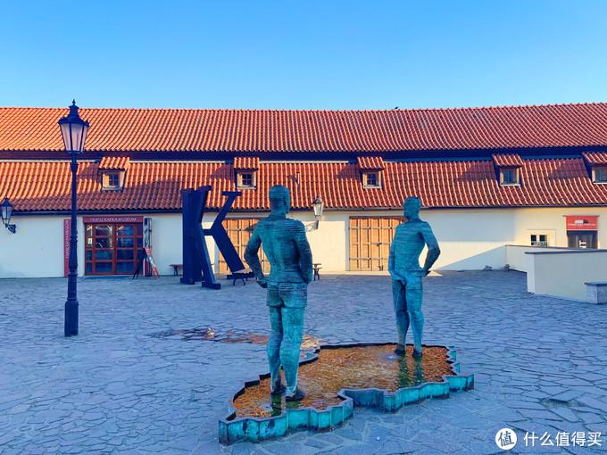 卡夫卡博物馆前的雕塑