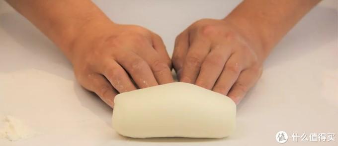 最后将面皮用两只手的各4个手指头并齐轻卷起,每一次卷起都要将每一圈轻按在面皮处,最后一圈尤其是要将底部捏紧。