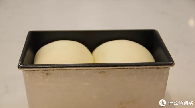 明显的发酵过度,不是涨满了吐司模就叫完美啊!因为烘烤的时候会回缩的!