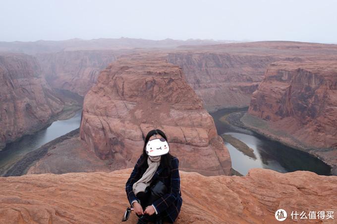 我是这样拍照的,很多游客为了追求效果就面对悬崖坐在悬崖边上,双腿下垂,真的很危险