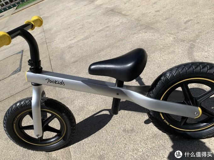 """飞车少女的第一辆""""白马""""!柒小佰新款儿童滑步车测评来啦~"""