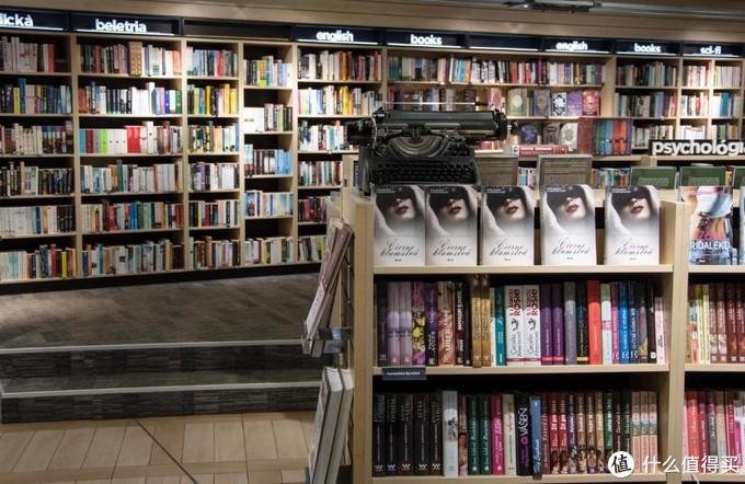 大一点的摆着各种畅销书的书店