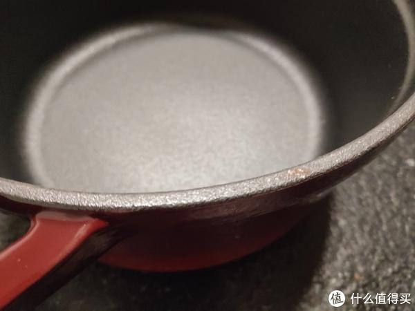 可怜的这口锅边沿已经生锈,不过据说铸铁锅生锈属于正常现象,抹点食用油就好了,需要长期保养