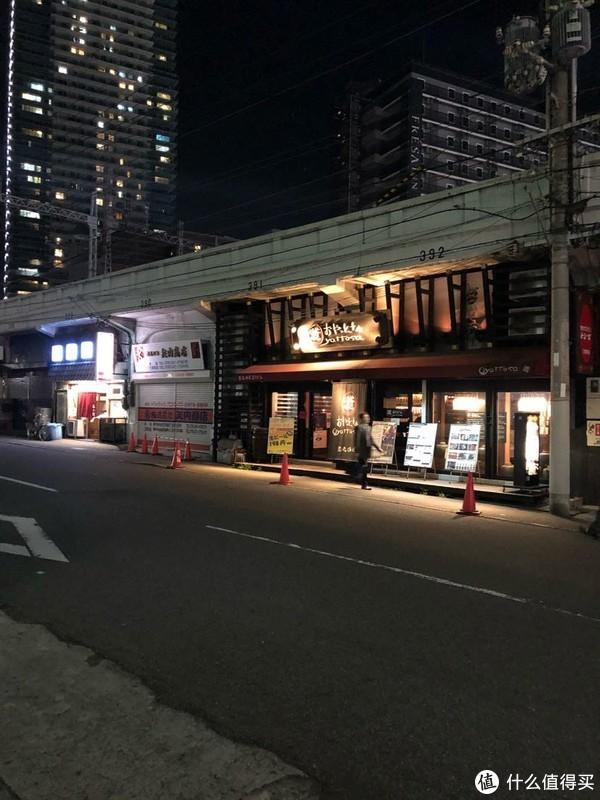夜晚的车站附近