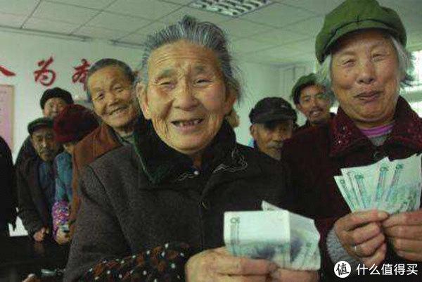 60岁退休老人加入外国国籍,能不能领养老金?这点很多人都想错了