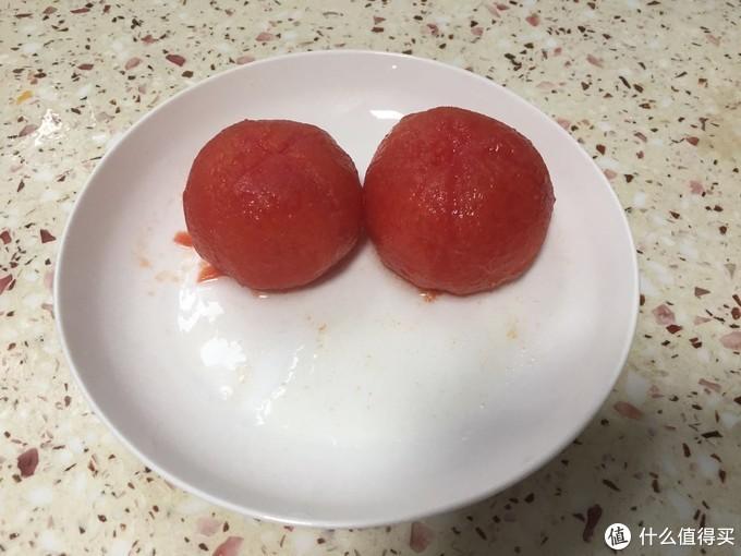因为给宝宝吃,番茄是冰箱里刚拿出来的,就煮了下,顺便去皮,其实按这个能榨汁能加热的来说有点多余,不过刚刚做木瓜奶昔的时候同时就煮了番茄还是快一点