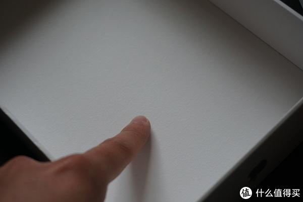 盒子内侧和普通包装盒不太一样,里面是类似布纹的料