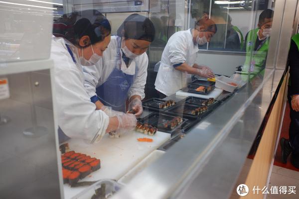 厨师在做寿司