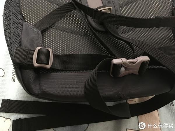 如果背的东西太多,有腰带可以减轻肩部负担,不用的时候可以选择拆卸下来
