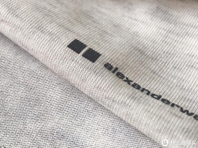 根据官方说法,内里为AIRism,表面是棉。实际触感的确不同,内里更光滑切贴身有凉感,图中左下为内里,带logo为表面。