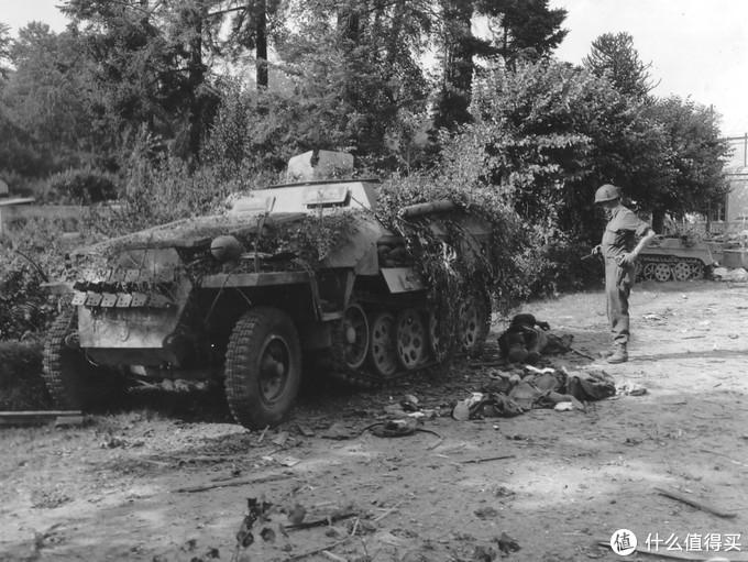 一辆被盟军击毁的251半履带装甲车, 摄于1944年,诺曼底地区