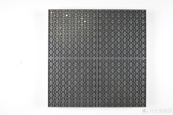 棋盒底部,可以清楚看出4块底板的组合