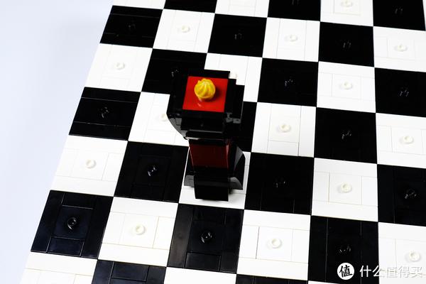 棋子站在棋盘上,由于有凸点固定,很稳