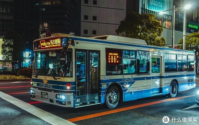 等红灯的公车