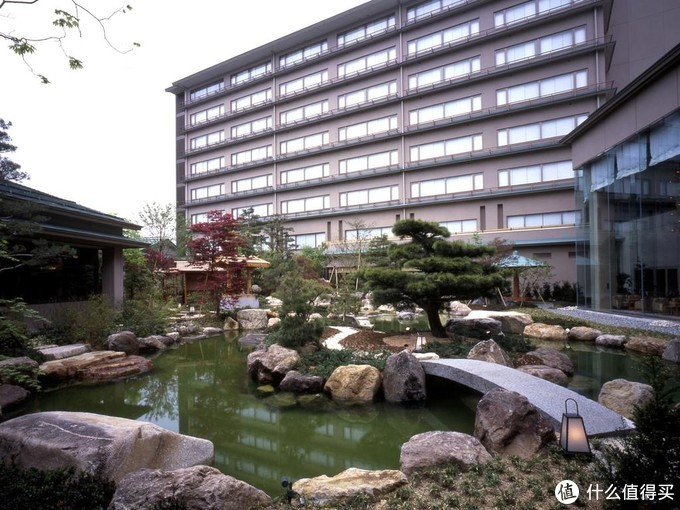 酒店楼下有个日式庭院,七层楼的房子