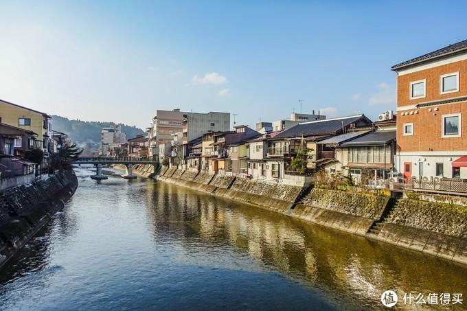 穿过JR站之后大概走10分钟看到一座桥,桥下就是宫川了,宫川早市就是一条沿着河边的摊贩市场