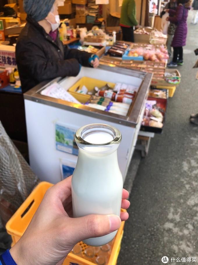 早市牛奶是一个老奶奶的摊位,会问你要不要热的,这么冷的天当然要一杯热牛奶啦,喝完把牛奶瓶还给老奶奶,真是让人怀念啊,简直回到了小时候的弄堂。