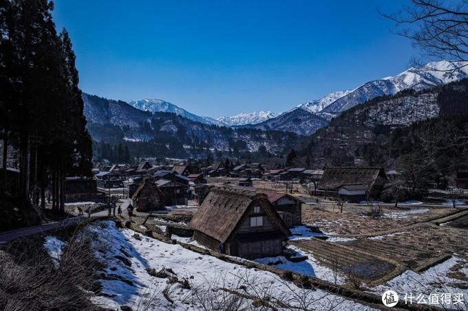 随着海拔升高,一路上渐渐看到整个村子的全貌还有远处的雪山。