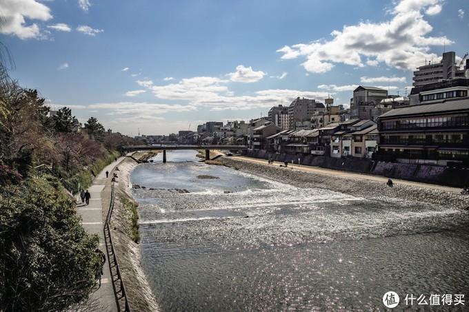 阳光很好,三三两两的人沿着鸭川在散步。其实从来不能get鸭川的美感,放到上海还没苏州河好看呢,旺季的京都丽思卡尔顿就在这里动不动六七千一晚…可能就是这里比较开阔吧,两边的樱花再过一个月就可以开了。