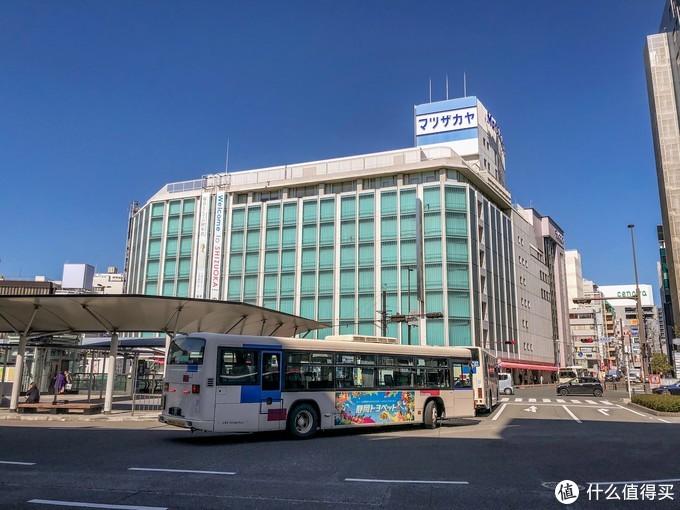 出了静冈JR站外面就是搭乘空港巴士的地方,指示牌很清楚只要沿着牌子走就能找到。