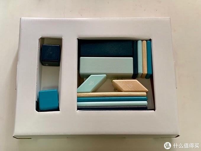 取出内盒,所有构成就在这里了。所以是盒展示图有区别的,在孩子照图示拼的时候,小孩子对规则的刻板维护与这里的产品图样差异化产生了矛盾。不过问题不大。