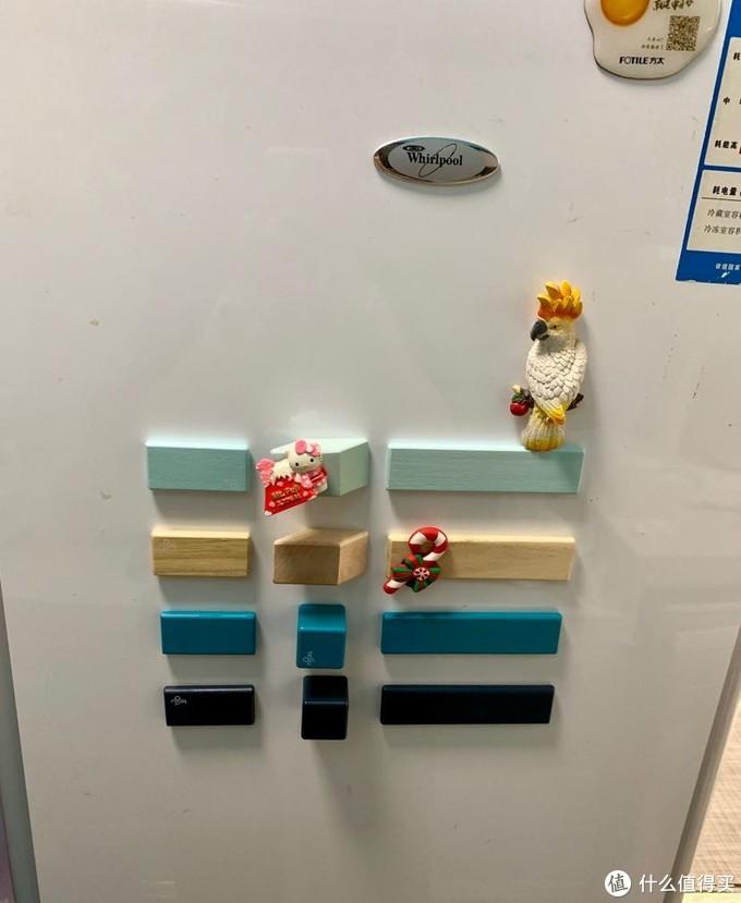 玩法里面介绍可以贴在冰箱上,试了一下,搭配冰箱贴可以做出不同的场景,很有趣。