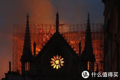 精选时尚资讯:开云集团CEO将捐款1亿欧元修复巴黎圣母院,YEEZY BOOST 350 V2将在6月22日上架全新黑魂配色
