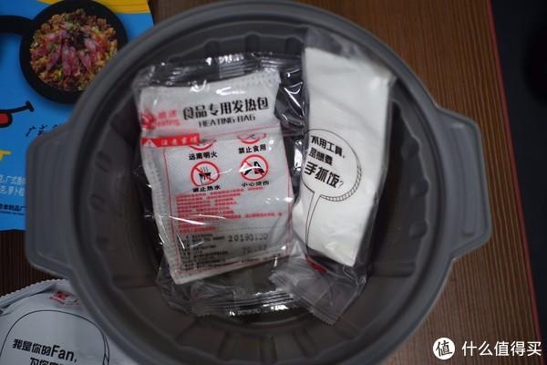 掀开盖子,可以看到发热包和配套勺子、纸巾