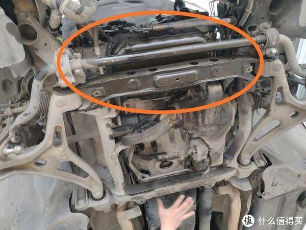 奔驰R350发动机故障灯常亮,检查后发现平衡轴损坏,据说是通病