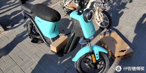 也没有什么需要组装的,就是把电池装好,反光镜装上,送了个后座椅组合,座椅套,脚踏和仪表盘罩,一并安装好了