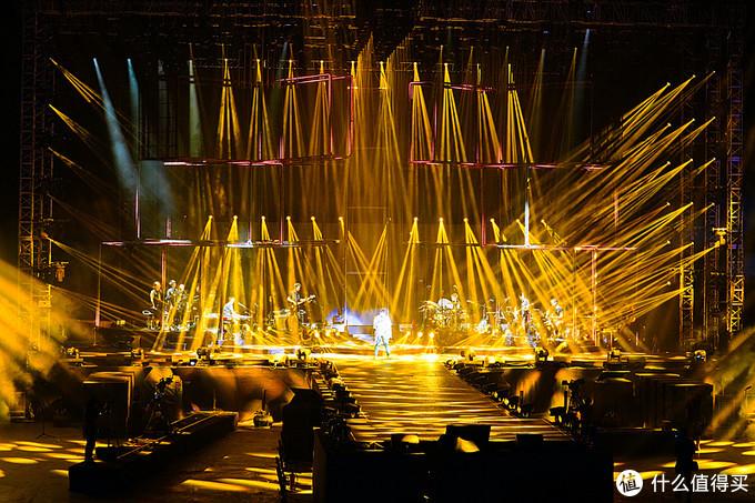 金光四射的舞台灯光