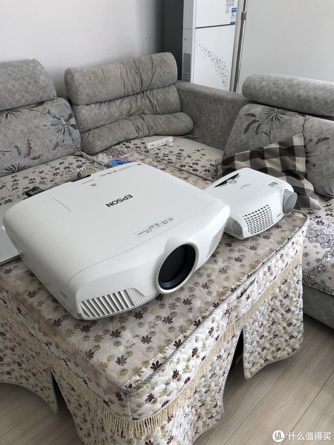 这张图拍摄时间较早,旁边小机器是奥图码HD25,5000元价位的1080P家用机