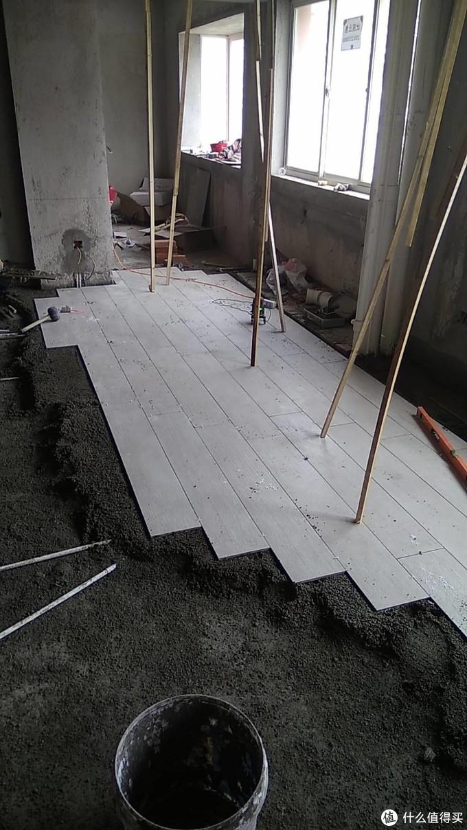 这个地砖买的LD的,用1.2米*0.6的大砖一切三改的,贴的时候有点不平整,所以用龙骨校下