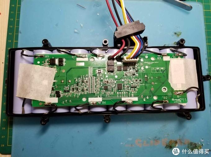 这个电池比想象的大,光电池勉强刚刚能放进去,后期又加上焊接的软硅胶线,已经剥皮和让线芯成扇形,仍然挤得电池盒略微有点变形。