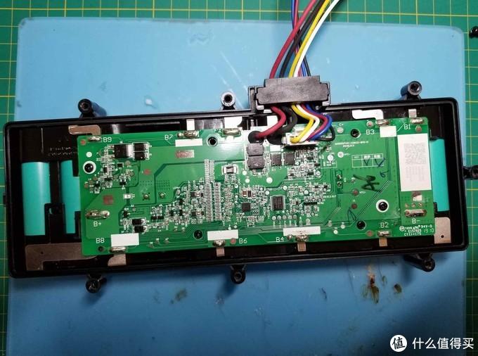 板子似乎缩水了? 电池是三星20R。外壳也缩水,原来凹槽里的防水胶垫没了。