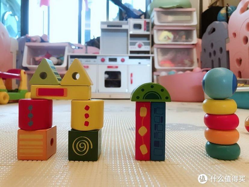➡可以当做积木来拼搭,锻炼宝宝专注力、平衡感、手眼协调能力